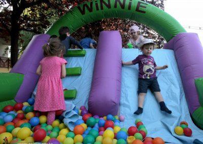 gonflabile_si_piscina_cu_bile_pentru_petreceri_copii_afara